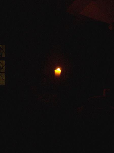 vigil paschal candle 2 449px-Osterkerze_in_Dunkelheit
